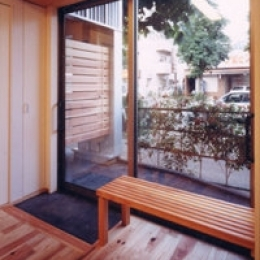 狭小地に建つバリアフリー木造3階/Suさんの家 (車椅子の出入口)