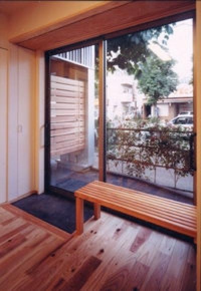車椅子の出入口 (狭小地に建つバリアフリー木造3階/Suさんの家)