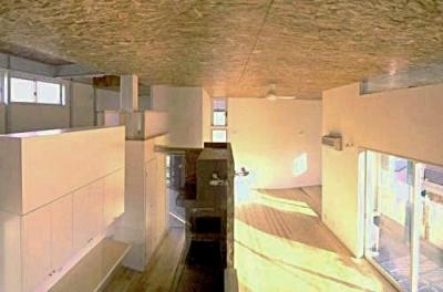 大空間の中の立体的フロアー (まちのパン屋さん/妙力堂)