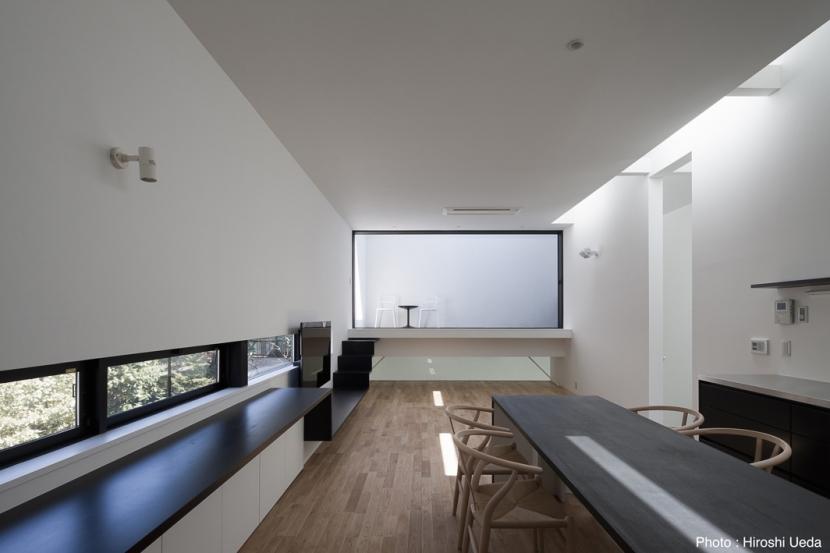 ダイニングのオーダーテーブル (オウチ25・インナーバルコニーの家)