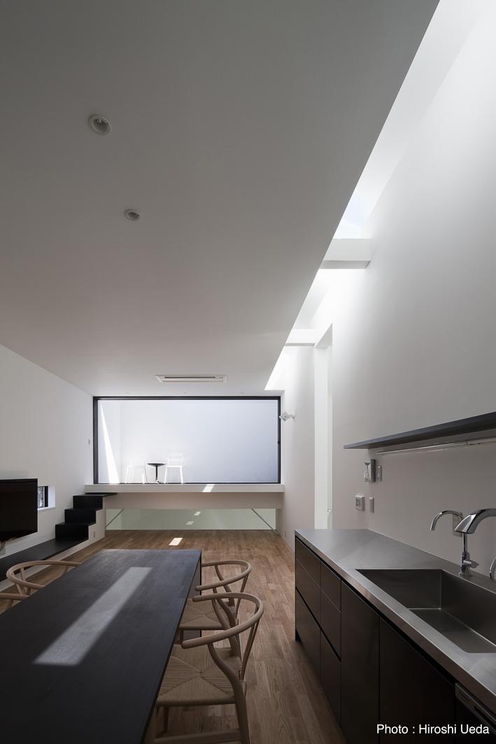 オウチ25・インナーバルコニーの家の部屋 リビングダイニング・トップライトからの光