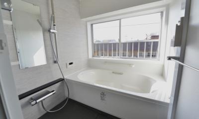 窓付きバスルーム (いま風の山小屋)