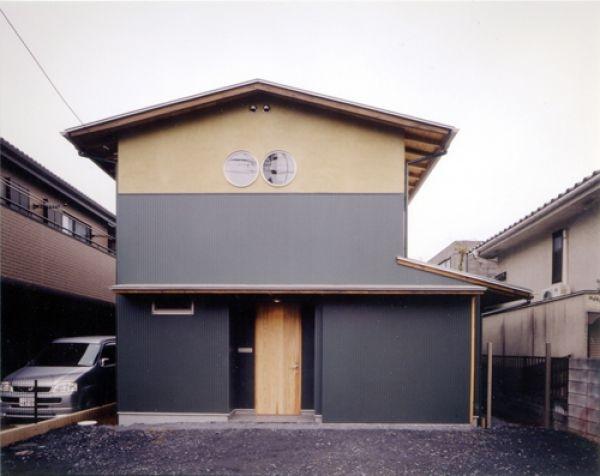 生成りのビルトインガレージハウス (正面外観、インナーガレージを閉じて玄関が現れる!)