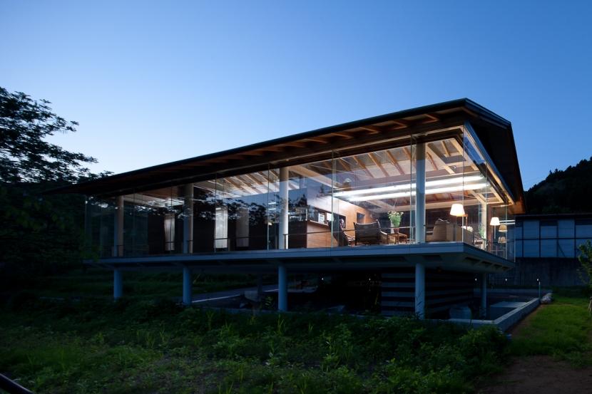 都幾川縁りのハイブリッド・ハウス/Onさんの家の部屋 川辺からの夜の佇まい