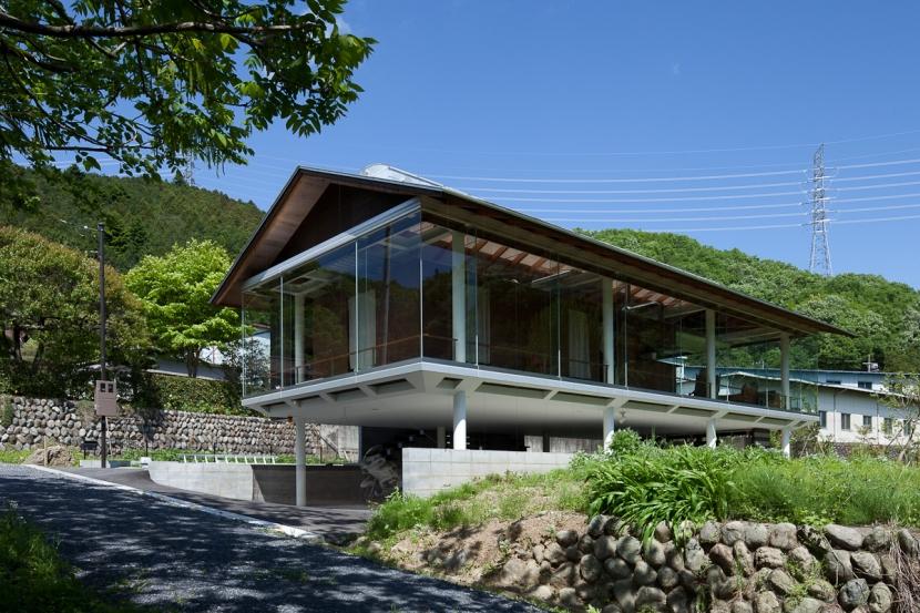 都幾川縁りのハイブリッド・ハウス/Onさんの家の写真 川辺からの佇まい