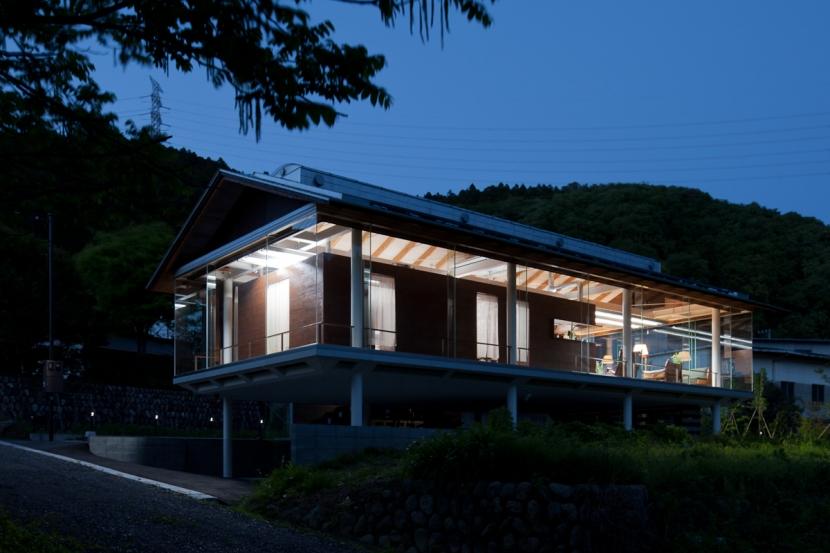都幾川縁りのハイブリッド・ハウス/Onさんの家の写真 川辺からの夜の佇まい