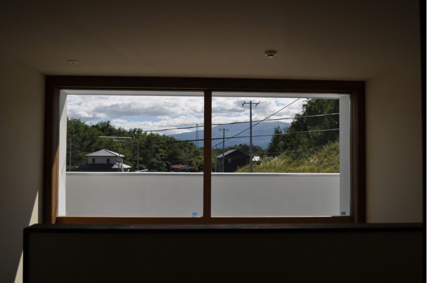 Sハウスの部屋 玄関ホール窓