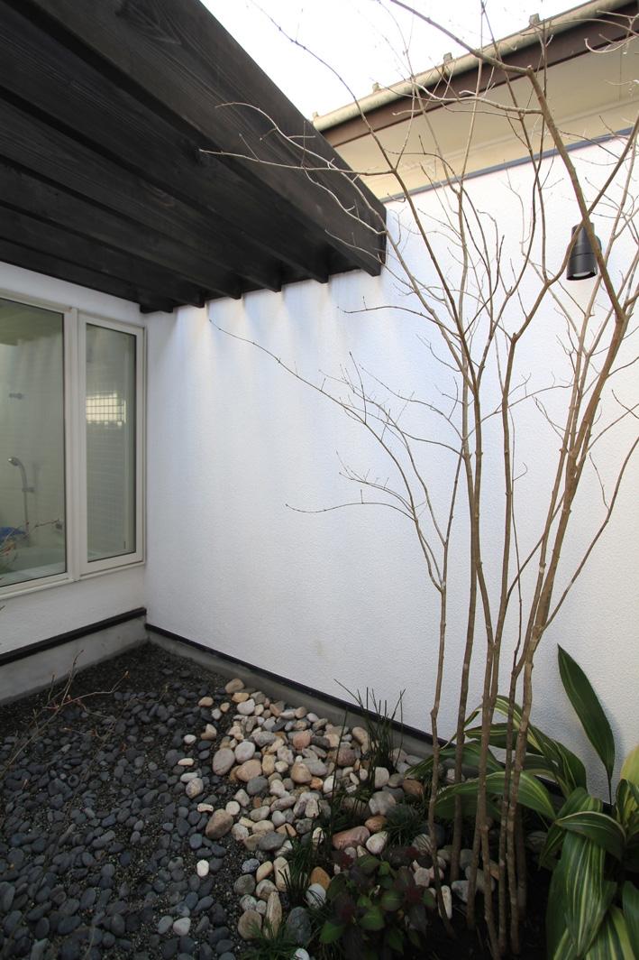オウチ25・インナーバルコニーの家の部屋 浴室の光庭