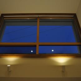 Sハウス-玄関ホール窓(夜)