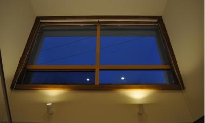 玄関ホール窓(夜)|Sハウス