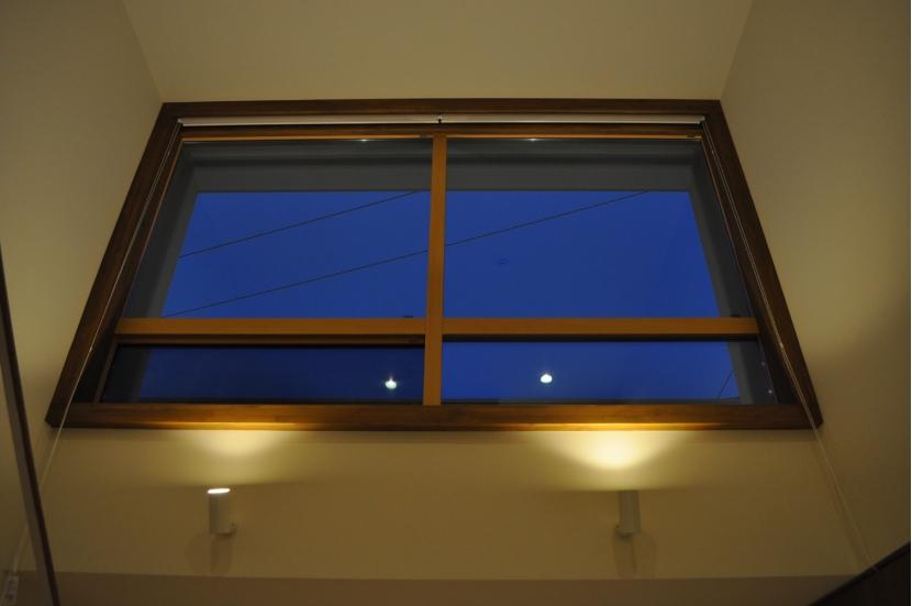 Sハウスの部屋 玄関ホール窓(夜)