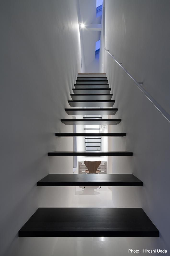オウチ25・インナーバルコニーの家の部屋 ミニマルな階段