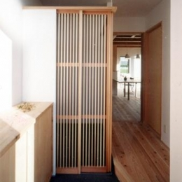 開放的、引戸を多用した木の家/川沿いの家 (ちょっと隠せる内玄関)