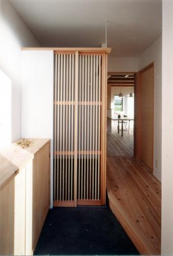 開放的、引戸を多用した木の家/川沿いの家の部屋 ちょっと隠せる内玄関