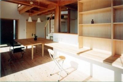 ダイニングから繋がる書斎コーナー (開放的、引戸を多用した木の家/川沿いの家)
