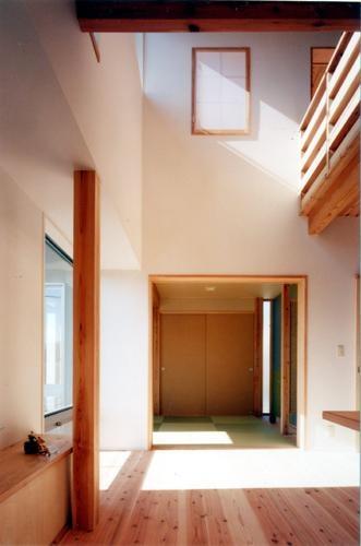 開放的、引戸を多用した木の家/川沿いの家の部屋 吹抜けが繋ぐ家の要はリビングルーム