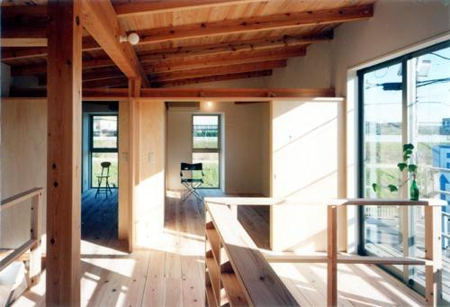 開放的、引戸を多用した木の家/川沿いの家の部屋 光が満たす2階