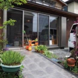 コンパクトハウス/Saさんの家 (訪れやすい、住まい手の人柄を感じさせたアプローチ)