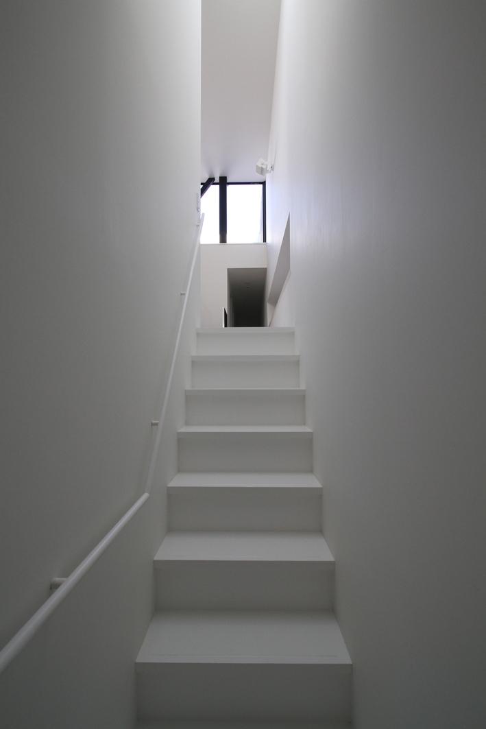 ハコノオウチ01・版画アトリエのある家 (玄関からのアプローチ)