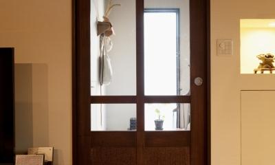 he邸・リゾートのようにゆったりと時間が流れる家 (玄関)