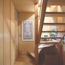 小さな家~緑の中で暮らす木のアトリエ付住宅~の写真 光を取り込む木製階段