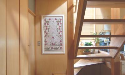 小さな家~緑の中で暮らす木のアトリエ付住宅~ (光を取り込む木製階段)