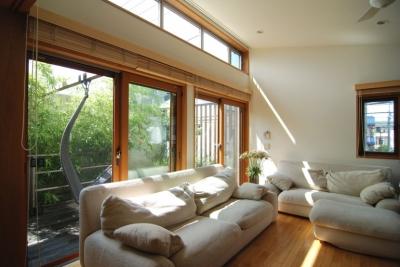 都市型住宅-自然を取り込む (高窓より望む空)