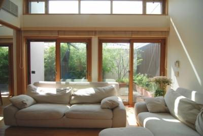 都市型住宅-自然を取り込む (光いっぱいのリビング)