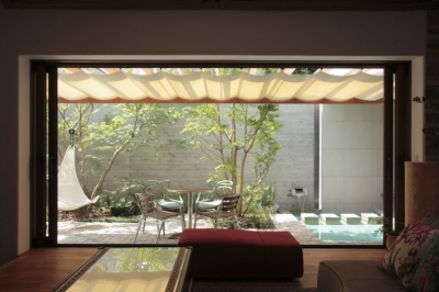 中庭 (深沢S邸-空間が連続し家族が繋がる立体回遊プラン-)