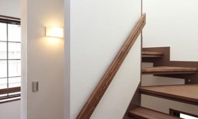 木造耐火構造の町屋~狭小地3階建ての住まい~ (光を送る階段)
