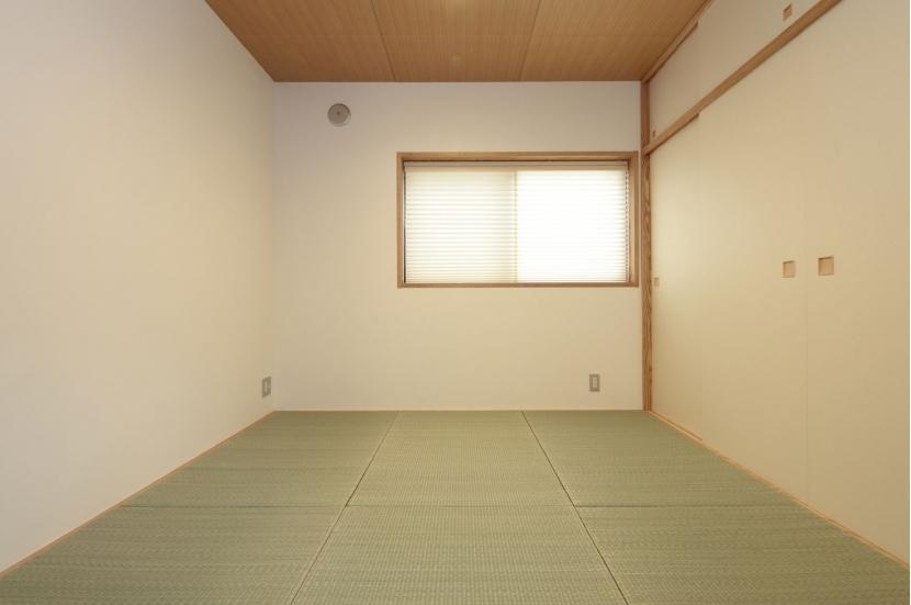 木造耐火構造の町屋~狭小地3階建ての住まい~ (月桃紙、七島藺草と漆喰壁の寝室)