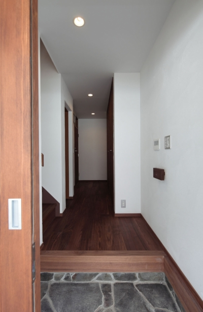 玄関・ホール (木造耐火構造の町屋~狭小地3階建ての住まい~)