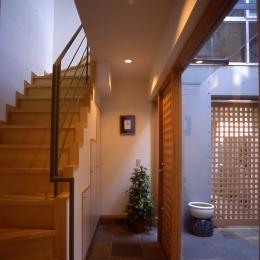 都市型中庭住宅-コンクリートと木でつくるモダンな和 (中庭と一体となった玄関ホール)