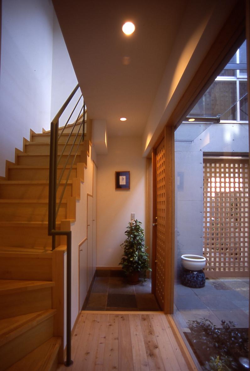 都市型中庭住宅-コンクリートと木でつくるモダンな和の写真 中庭と一体となった玄関ホール