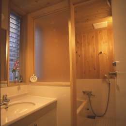 都市型中庭住宅-コンクリートと木でつくるモダンな和 (洗面・浴室)