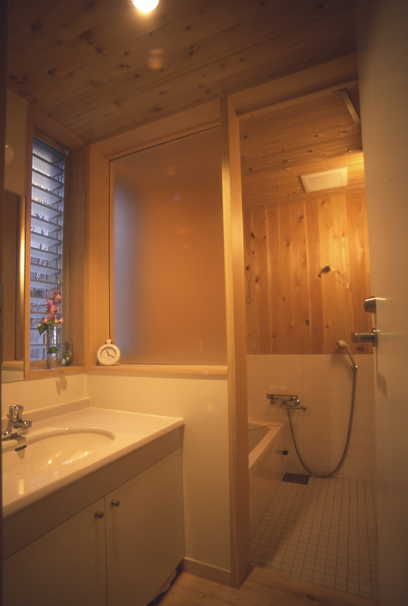 都市型中庭住宅-コンクリートと木でつくるモダンな和の写真 洗面・浴室