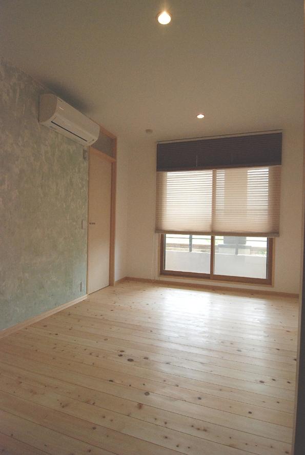2世帯の程よい距離の写真 壁塗りDIYの寝室