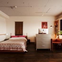ベッドスペース・書斎スペース (kg邸・旅の思い出を飾る壁面収納)