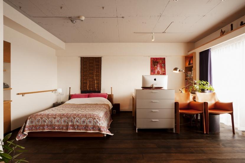 kg邸・旅の思い出を飾る壁面収納 (ベッドスペース・書斎スペース)