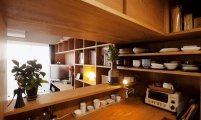 kg邸・旅の思い出を飾る壁面収納 (キッチン棚)