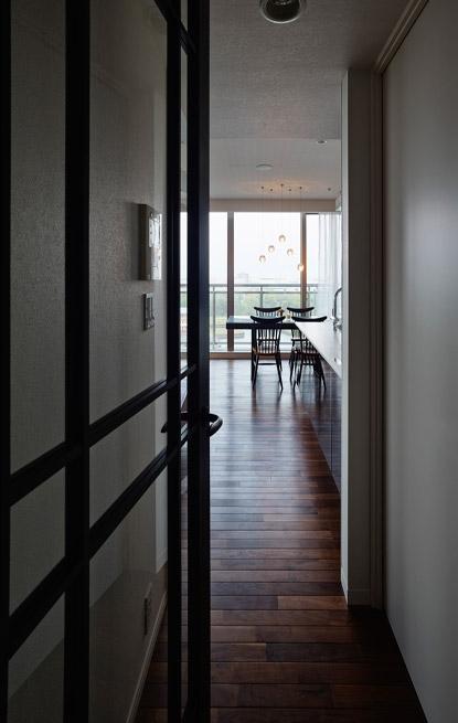 上質な素材が入り交じる、こだわりの住まいの部屋 ドア
