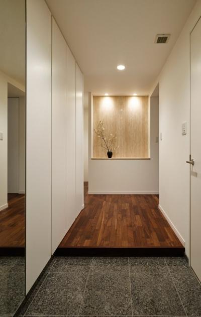 玄関 (上質な素材が入り交じる、こだわりの住まい)