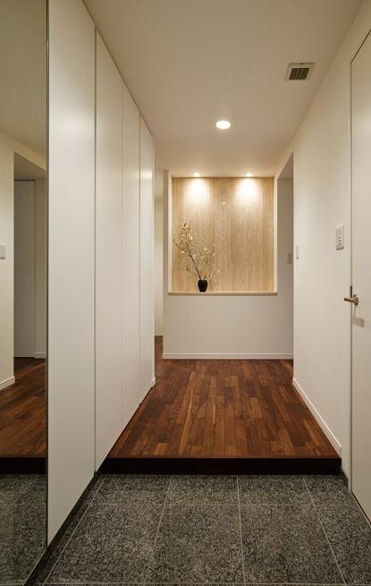 上質な素材が入り交じる、こだわりの住まいの部屋 玄関