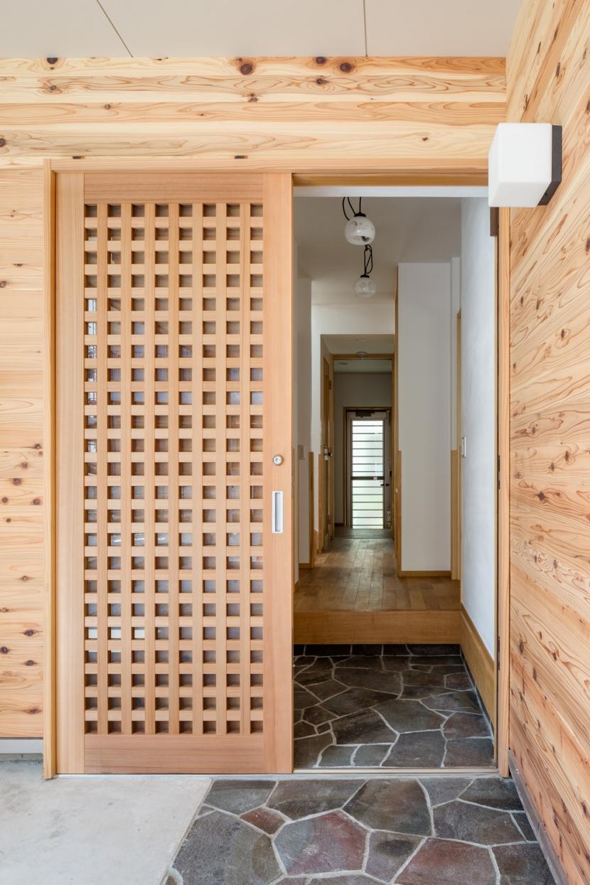 板壁のアプローチ (木造耐火でつくる木の住まい~国産材でつくる~)