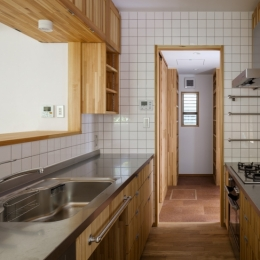 木造耐火でつくる木の住まい (製作キッチンよりパントリーを見る)
