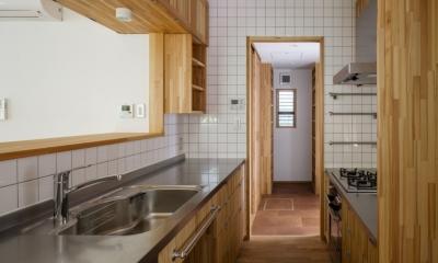 製作キッチンよりパントリーを見る|木造耐火でつくる木の住まい~国産材でつくる~
