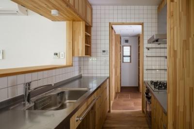 製作キッチンよりパントリーを見る (木造耐火でつくる木の住まい~国産材でつくる~)