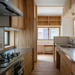 木造耐火でつくる木の住まい~国産材でつくる~-キッチンより書斎コーナーを見る