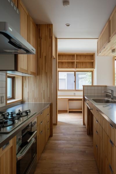 キッチンより書斎コーナーを見る (木造耐火でつくる木の住まい~国産材でつくる~)