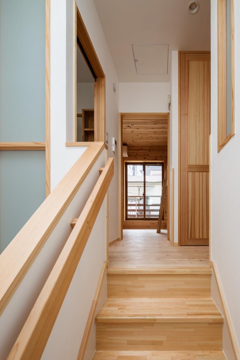 木造耐火でつくる木の住まいの部屋 トップライトの光を洗面、トイレ、階下に取り入れる